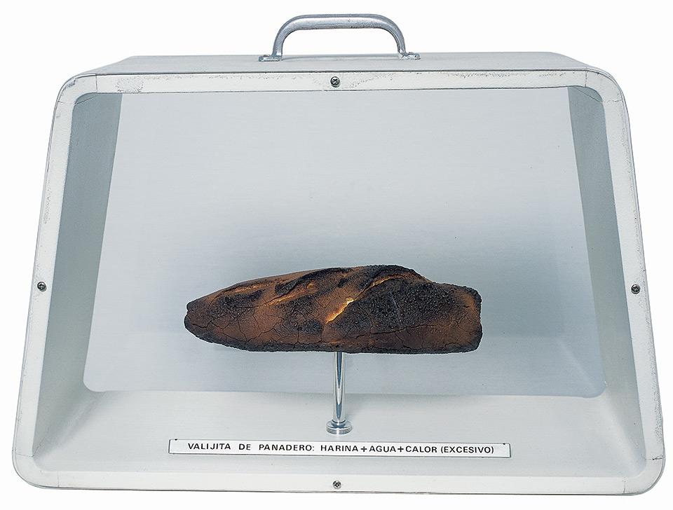 Víctor Grippo. Valijita del panadero (Homenaje a Marcel Duchamp), 1977.